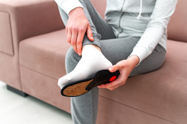 sports-woman-fitting-orthopedic-insoles-home-treatment-prevention-flatfeet-foot-diseases-foot-care-feet-comfort-health-care-wearing-comfortable-shoes_122732-858